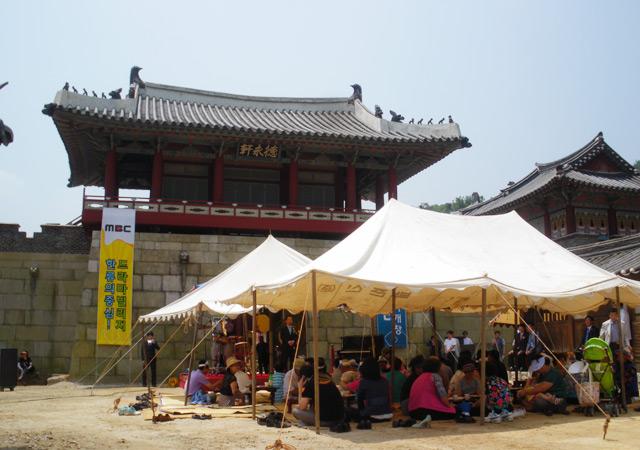 景福宮の城門である光化門(カンファムン)を基に作られた門と門前の通りになります。